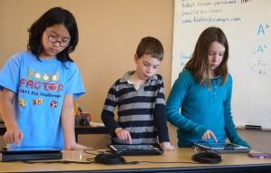 Ninos-usando-iPad-escuela-programamos_EDIIMA20140817_0231_13
